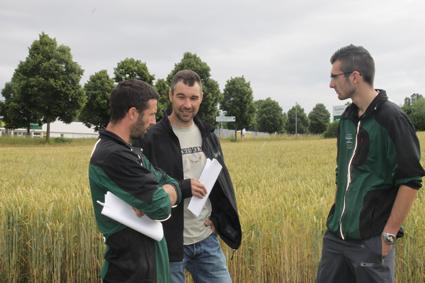 1. Franck Scnoebelen, au centre s'entretient avec Stéphane Bainier, du Legta Granvelle, sous le regard de Pierre-Emmanuel Coucheney, apprenti.IMG_0952